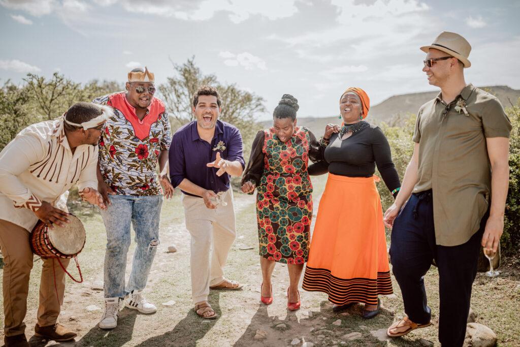 Auch die Gäste wurden vom Xhosa Gesang und den Trommelrhythmen angesteckt