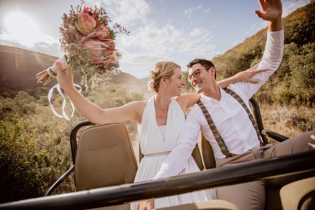 Hochzeits-Fotoshooting auf dem Safari-Jeep