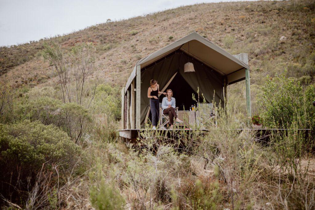 Vorbereitungen für die Hochzeitszeremonie im Safari-Camp