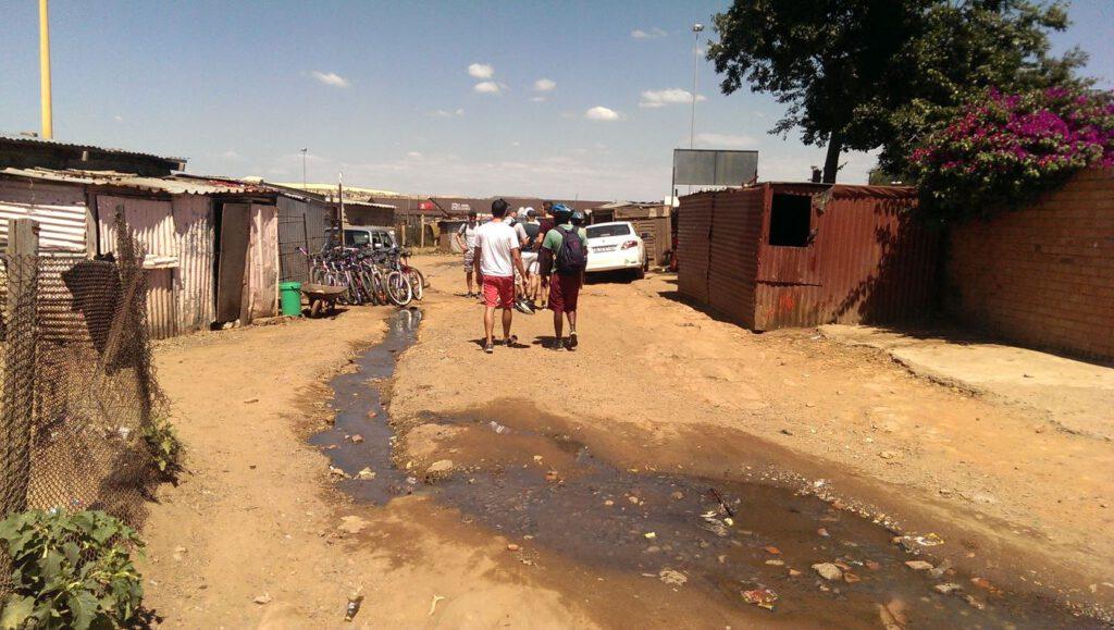 Township Tour durch Soweto - oft gibt es nur unzureichend Kanalisation