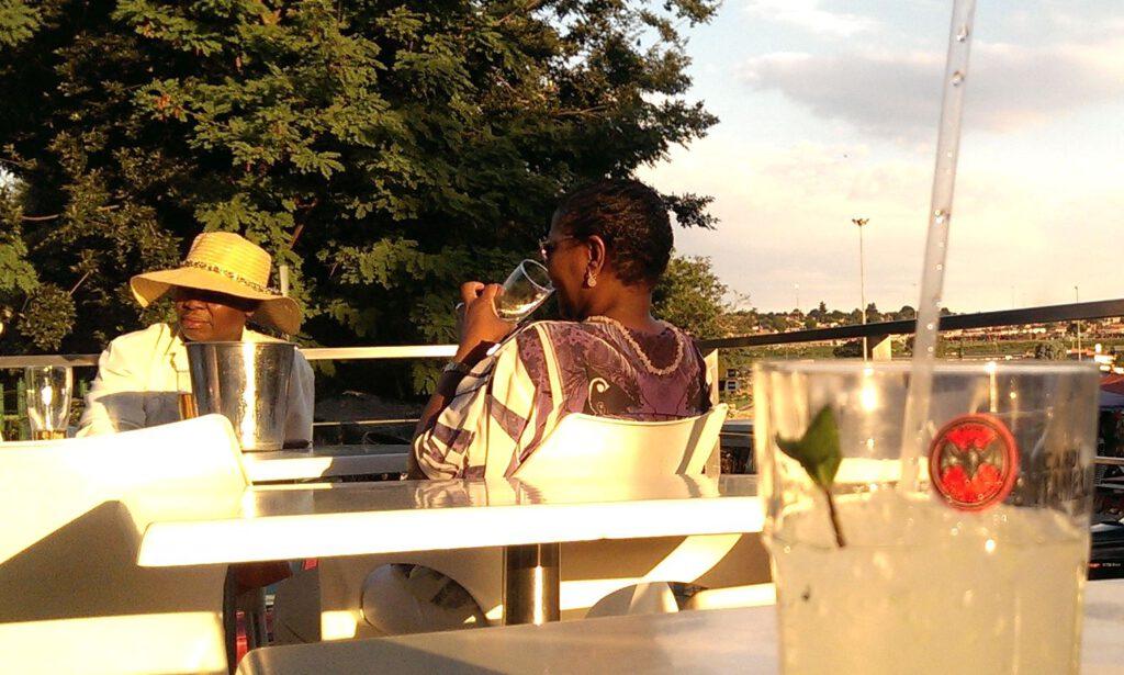 Townships werden mancherorts bereits zu hippen Vierteln - wie hier in einer trendigen Bar in Soweto