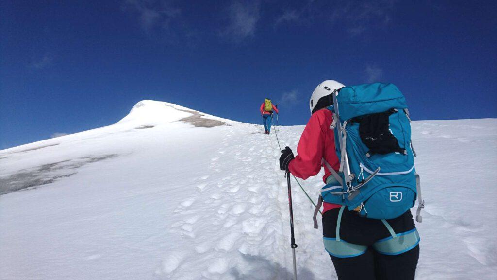 Bergführer geht voraus zum Gipfel der Weißkugel