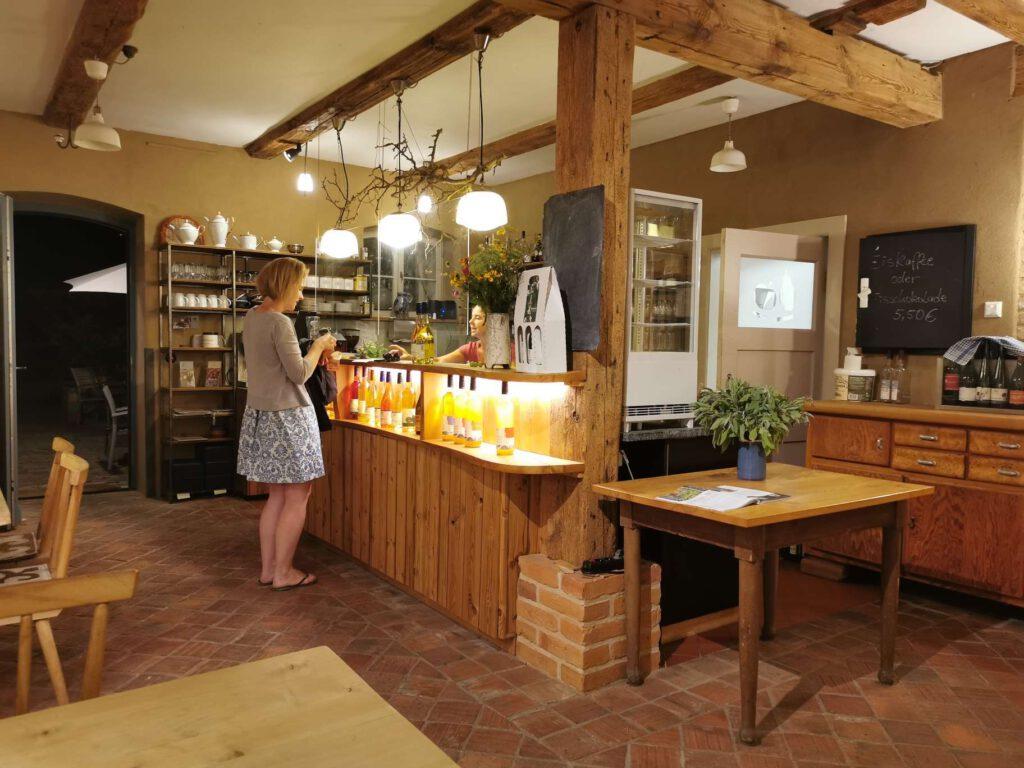 Das Restaurant mit Café und Hofladen ergänzen die Kelterei