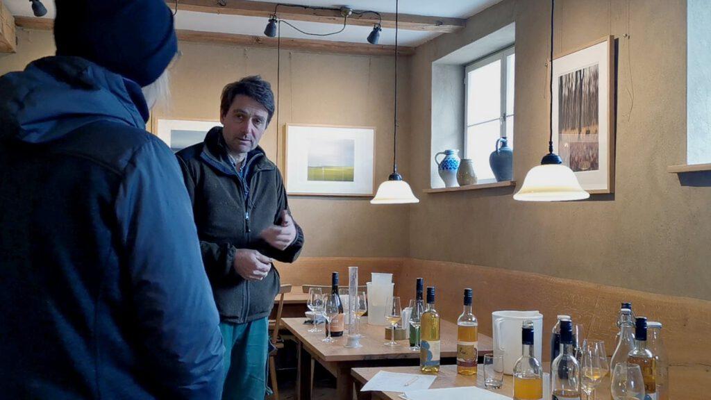 Florian Profitlich vomGutshof Kraatz erklärt die wie er neue Apfelweine kreiert